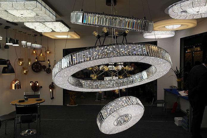 Pomysł na oświetlenie – nowoczesne plafony i lampy wiszące LED